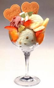 Eisbecher mit Waffelherzen von Auer. Foto Auer