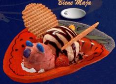 Bine Maja Eisbecher. Dekoriert mit Krossis, runde Waffeln mit 6 cm im Durchmesser. Mini Schokolinsen doppelt dragiert und Schokosauce.
